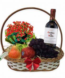 Cesta com Vinho frutas e flores